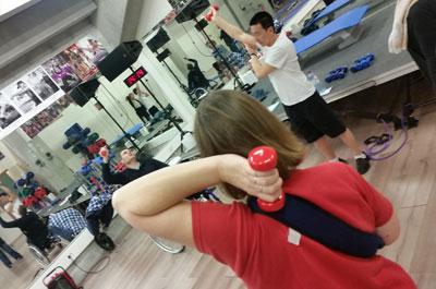 photo de renforcement musculaire en groupe avec haltères